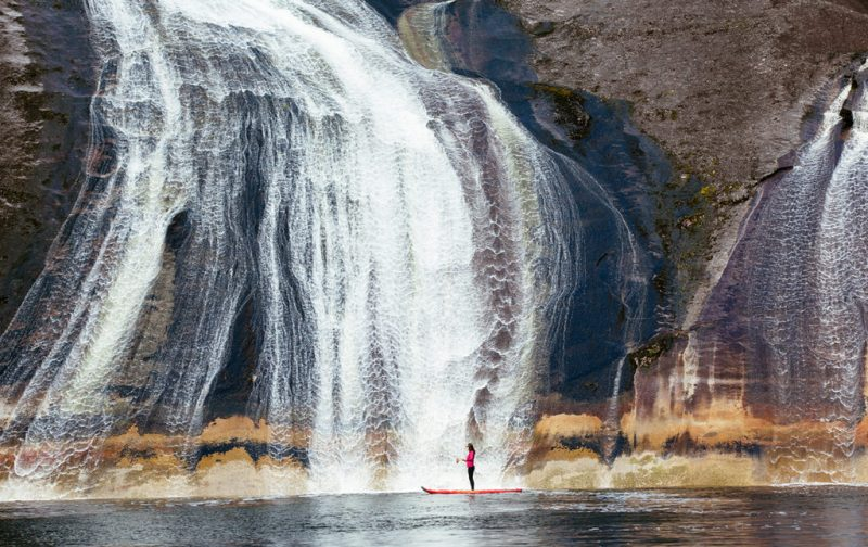 Bestiario Pardo, experiencias en los bosques del pacífico canadiense - paddle-board-cascada-mujer-naturaleza