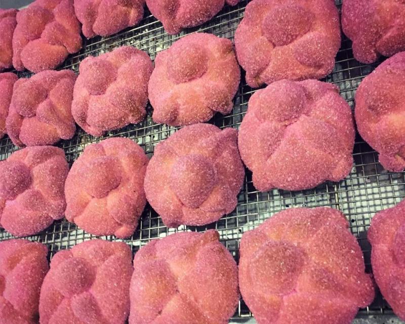 Nuevas versiones de pan de muerto para probar esta temporada - pan-de-muerto-de-guayaba-cardin-pasteleria
