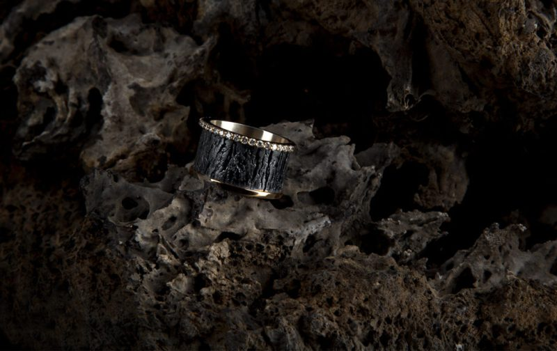 Georgina Rojo: joyería inspirada en la naturaleza - anillo-piedra-negra-textura-oro-diamantes-joyeria