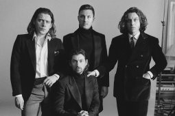 Datos que no conocías sobre Arctic Monkeys - HOTBOOK Datos que no conocías sobre Arctic Monkeys_PORTADA