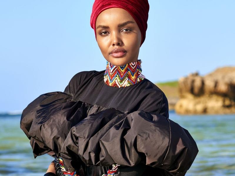 La primera modelo en aparecer en hiyab y burkini en Sports Illustrated - halimaaden_blusanegra