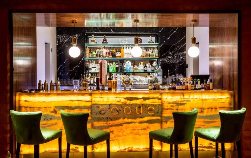 Coque: tradición familiar y gastrogenómica - coque-bar-botellas-alcohol-restaurante