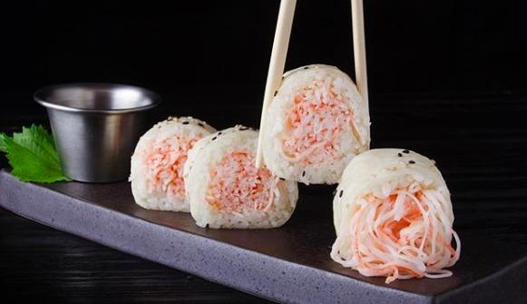 Rollos de sushi exóticos en la CDMX - hotbook-rollos-de-sushi-exoticos-cdmx_butter-crab-roll-en-pubbelly-sushi