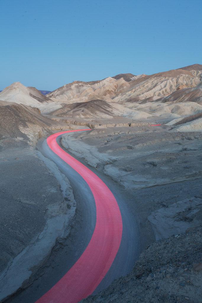 Tobias Hutzler: fotografía en movimiento - hotphoto-carretera-montancc83as-camino-rosa