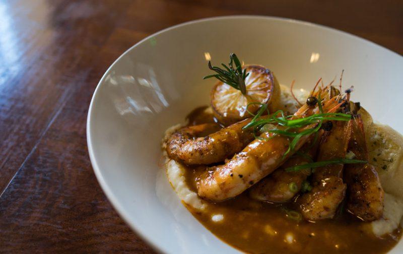 La gastronomía única de Nueva Orleans - langostinos-y-grits-en-tableau-restaurante-nueva-orleans
