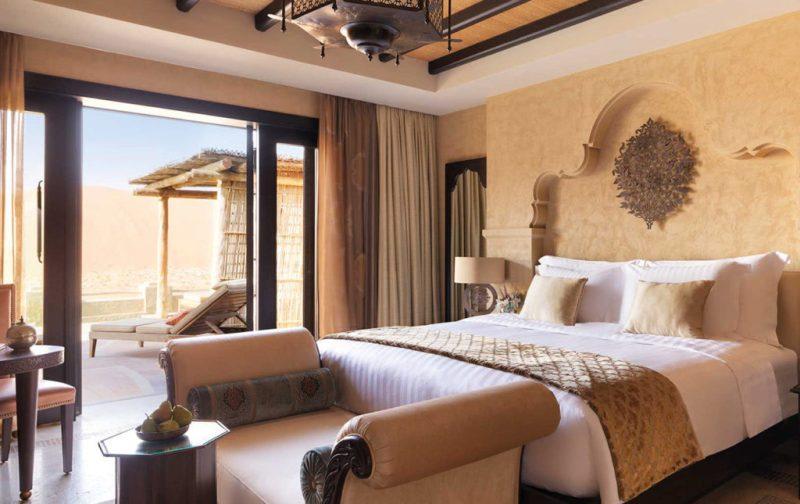 Anantara, un resort de lujo en Abu Dabi - hotbook_anantara_habitacion_cama_desierto_terraza_arabe_divan_lampara