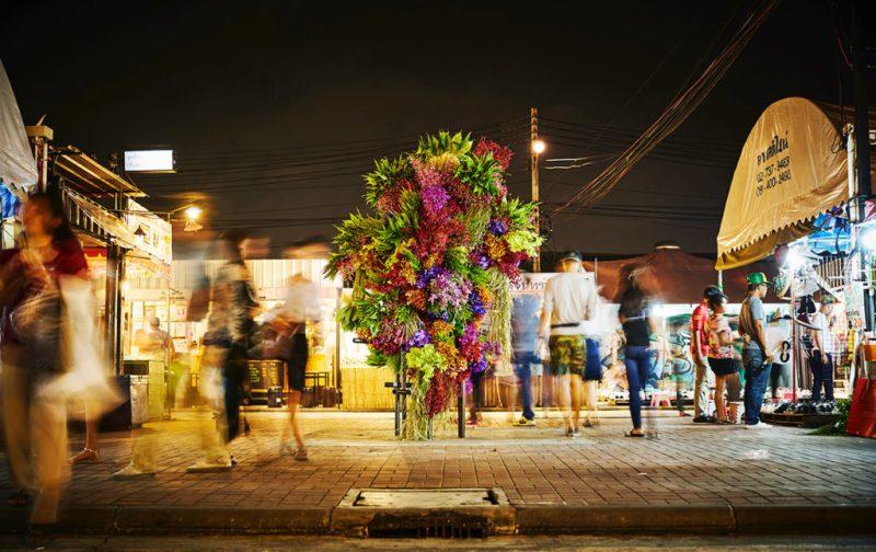La elegancia exótica de Azuma Makoto - hotbook_azumamakoto_arte_instalacion_escultura_calle_nochegente_tailandia