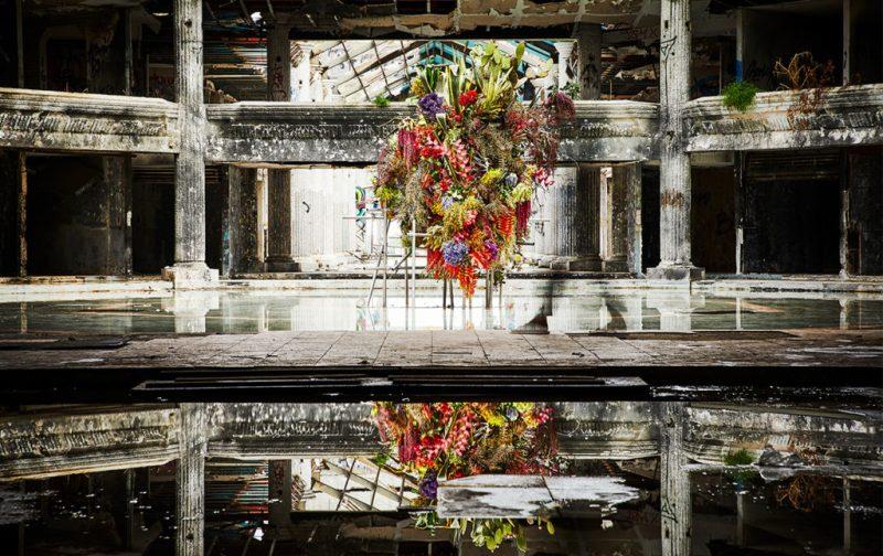 La elegancia exótica de Azuma Makoto - hotbook_azumamakoto_arte_instalacion_escultura_flores_reflejo_estructura_vieja