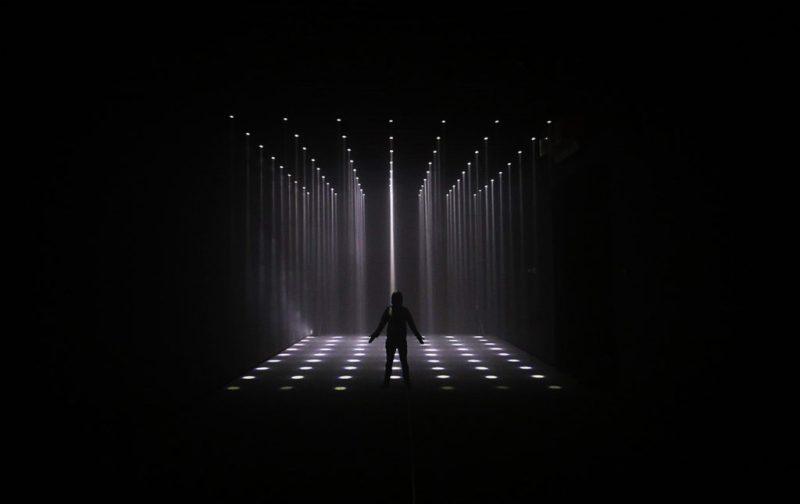 Cocolab: creadores de experiencias - hotbook_cocolab_experiencia_luces_cubo_oscuridad_silueta