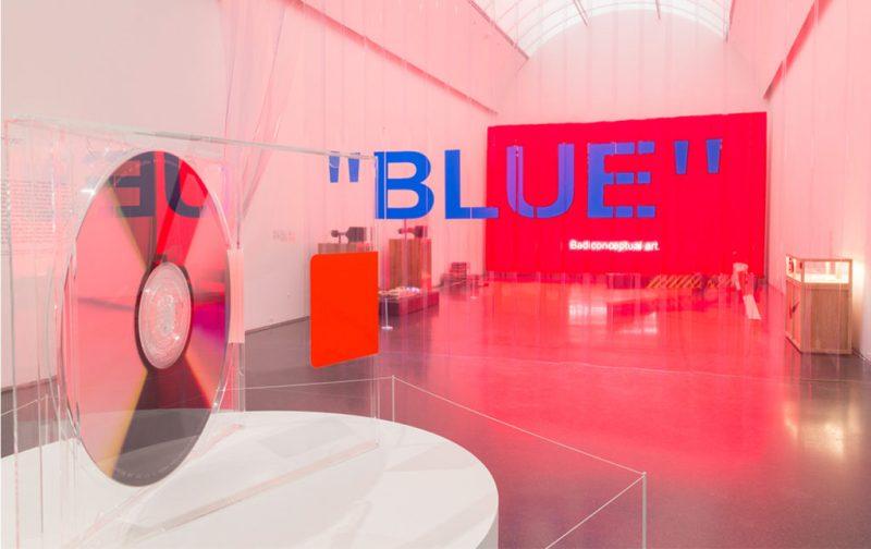 Virgil Abloh & Kaws: streetwear y arte - hotbook_hotart_virgil_instalacion_plastico_cortina_luz_disco_rosa_blue