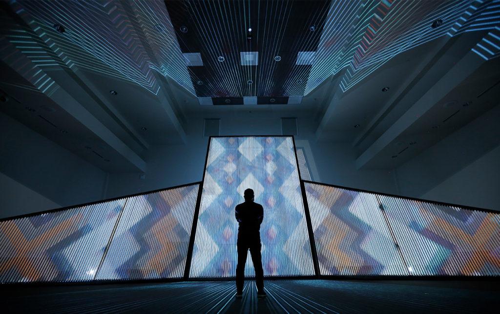 Cocolab: creadores de experiencias - PORTADA_hotbook_cocolab_instalacion_luces_pantallas_silueta_diseño_colores_figuras_patrones_geometricos
