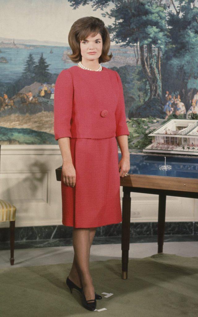 Los outfits más emblemáticos de Jackie Kennedy, ícono de moda - los-outfits-mas-emblematicos-de-jackie-kennedy-un-icono-de-moda-google-instagram-tiktok-google-online-coronavirus-vacuna-google-verano-covid-foto-moda-fashion-icon-10
