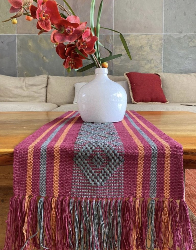 ¡Viva México! Productos que le darán un toque mexicano a tu casa - camino-de-mesa-telar-color-guinda-con-grecas-verde-y-cafe-viva-mexico-productos-que-te-daran-un-toque-mexicano-estas-fiestas-patrias