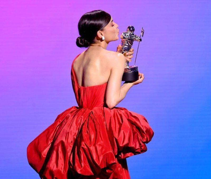 Descubre los looks más icónicos de los VMA 2020 - descubre-los-looks-mas-iconicos-de-los-vmas-2020-iconic-looks-celebrities-celebridades-outfits-estilo-looks-de-red-carpet-instagram-google-tiktok-zoom-online-clases-online-coronavirus-cura-7