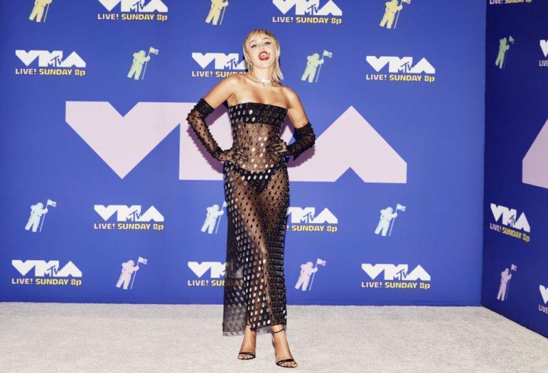 Descubre los looks más icónicos de los VMA 2020 - descubre-los-looks-mas-iconicos-de-los-vmas-2020-iconic-looks-celebrities-celebridades-outfits-estilo-looks-de-red-carpet-instagram-google-tiktok-zoom-online-clases-online-coronavirus-cura