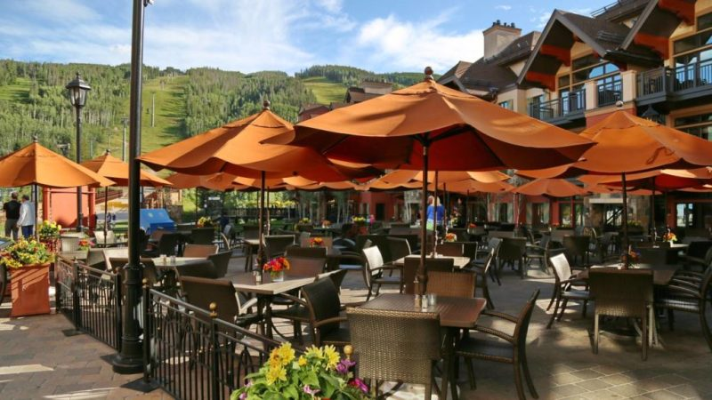 Descubre lo que Vail, Colorado tiene para ofrecer esta temporada - tavern-on-the-square-like-nothing-on-earth-descubre-lo-que-es-vail-colorado-en-verano