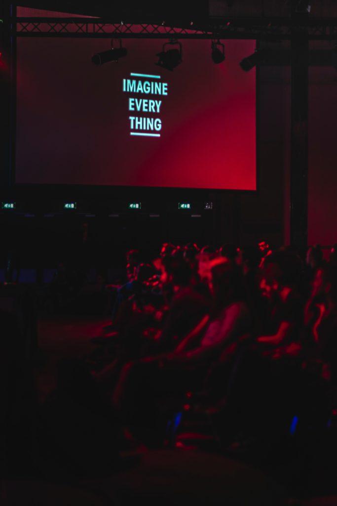 La evolución del cine a través de las décadas por el Autocinema Cinemex Platino presentado por AT&T - alexandre-debieve-dou3jj3elqc-unsplash