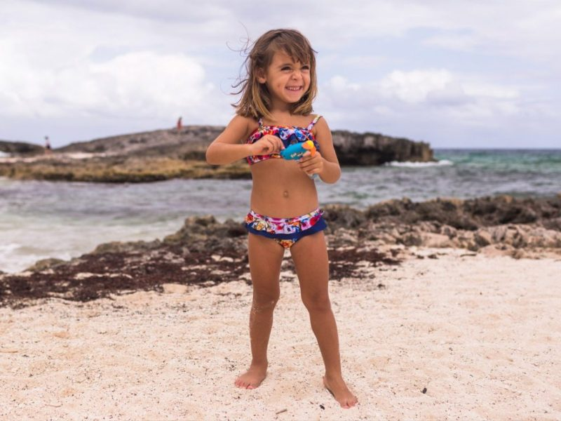Let's go to the beach! Protege tu piel del sol con Aramare Swimwear, un producto con causa - traje-de-bancc83o-bikini-de-flores-para-nincc83a-y-bebe-lets-go-to-the-beach-aramare-swimwear-un-producto-con-causa