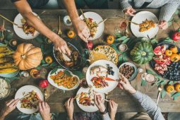 Tips para festejar tu Friendsgiving - Como festejar tu friendsgiving PORTADA
