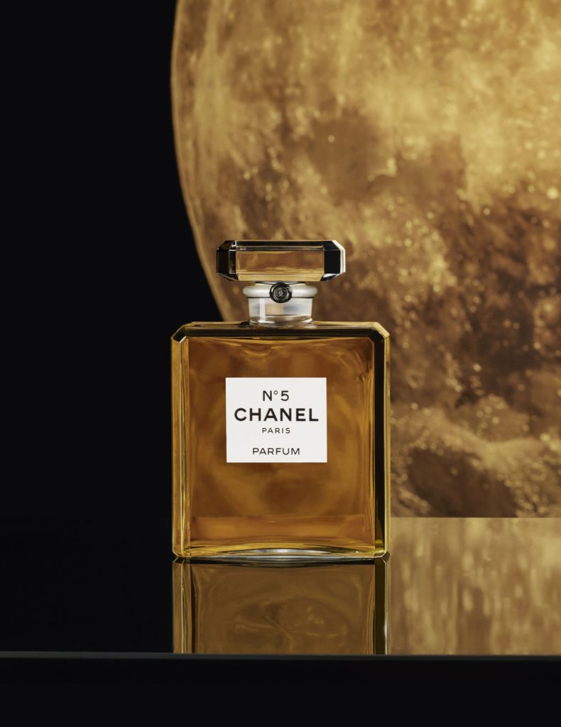 Chanel Nº5, la legendaria fragancia, se adentra en una nueva era con Marion Cotillard - chanel-no5-la-legendaria-fragancia-se-adentra-a-una-nueva-era-con-marion-cotillard-chanel-marion-cotillard-moon-chanel-france-fragance-chanel-beauty-chanel-google-amazon-christmas-navidad-belleza-4
