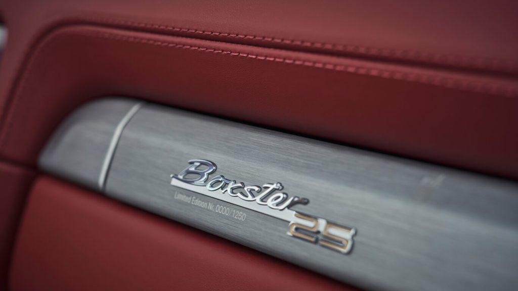 Porsche celebra el 25 aniversario de la familia roadster muy a su manera - porsche-boxster-25-aniversario-gina-carano-bumble-lakers-tilray-stock-mary-wilson-aunt-jemima-3