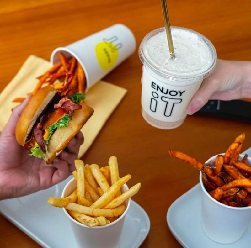 Visita iT Burgers, pioneros de dark kitchen en México - el-pionero-del-dark-kitchen-en-mexico-visita-it-burgers-hamburguesas-kurt-cobain-3