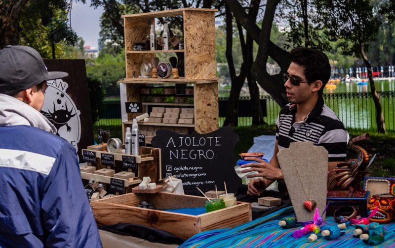 Earth X México, por el latido unísono del planeta - ajolote-negro-artesanias-productos-puesto