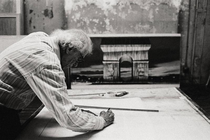 El sueño de Christo: envuelven por completo el Arco del Triunfo en París - 1-christo-in-his-studio-working-on-a-preparatory-drawing-for-larc-de-triomphe-wrapped-new-york-city-photo-anatas-petkov-c-2020-christo-and-jeanne-claude-foundation