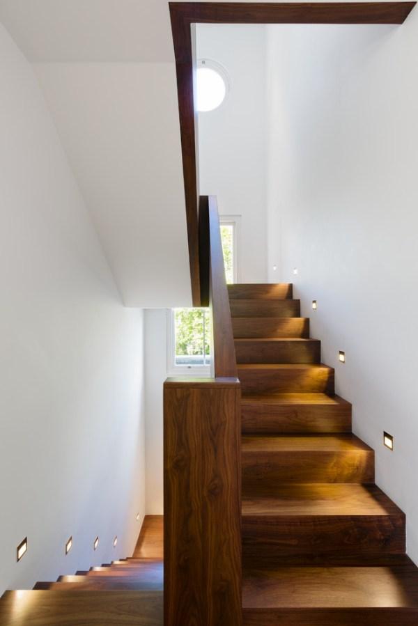 Интерьер гостиной в частном доме с лестницей – Лестницы ...