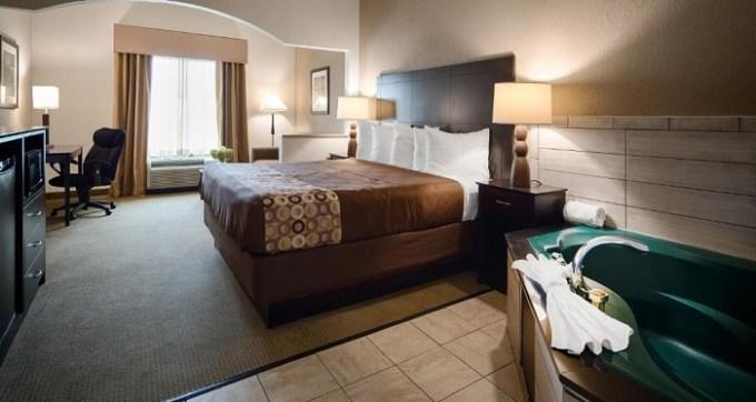 Hot tub room in Best Western Suites Columbus Hotel