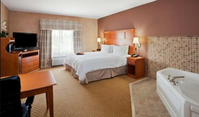 Room with a private hot tub in Hampton Inn Detroit - Shelby Township hotel