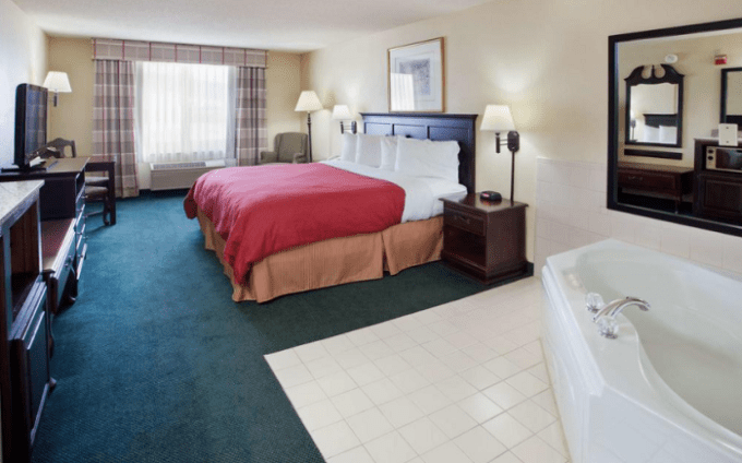 Room with hot tub in Country Inn & Suites by Radisson, Hiram