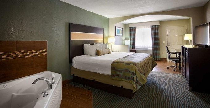 Room with private hot tub in Best Western Executive Suites Hotel In Columbus
