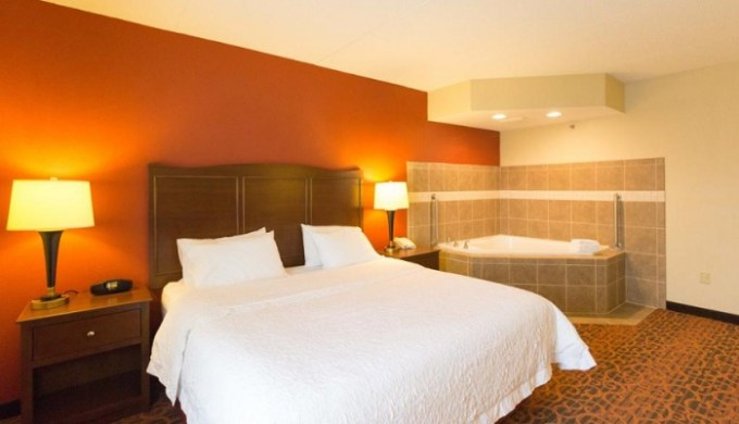 Room with private hot tub in Hampton Inn Columbus-South Hotel