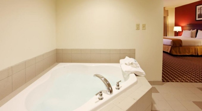 Room with private hot tub in Holiday Inn Express Hotel & Suites Columbus University Area