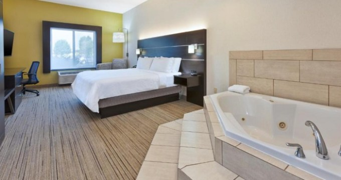 Suite with a hot tub in the room in Holiday Inn Express Hotel & Suites Cleveland-Richfield hotel
