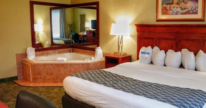 King suite with a hot tub in Baymont by Wyndham Grand Rapids N-Walker hotel