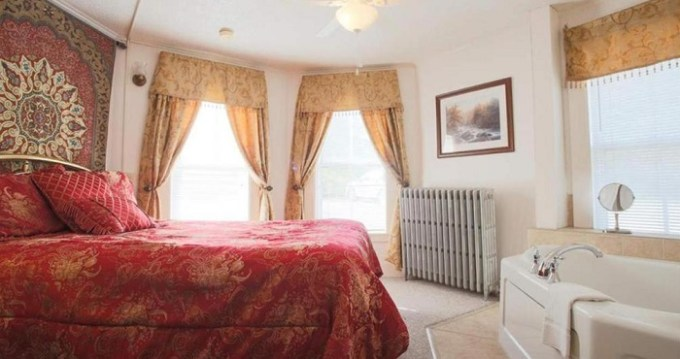 Suite with a whirlpool tub in Cranmore Mountain Lodge Bed & Breakfast, North Conway, NH