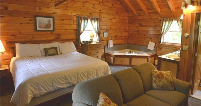 Suite with in-room hot tub in New England Inn & Lodge, North Conway, NH