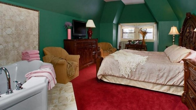 Suite with in-room hot tub in Stonehurst Manor Including Breakfast and Dinner, North Conway,NH