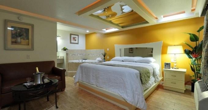Hot Tub suite in Romantic Inn & Suites Hotel, Dallas, TX