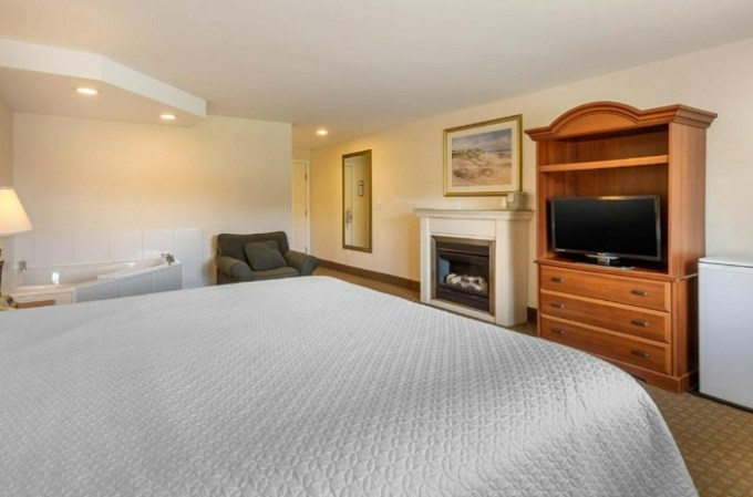 Whirlpool Suite with a fireplace in Ogunquit Hotel and Suites, Maine