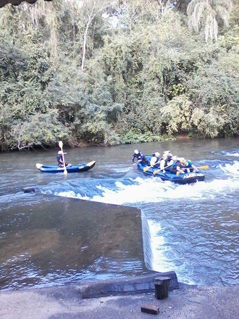 Imagem-de-bote-de-rafting-nas-corredeira