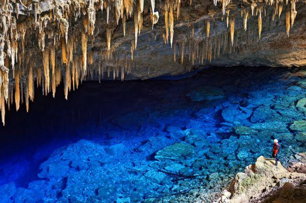 Imagem interna da gruta com água azul