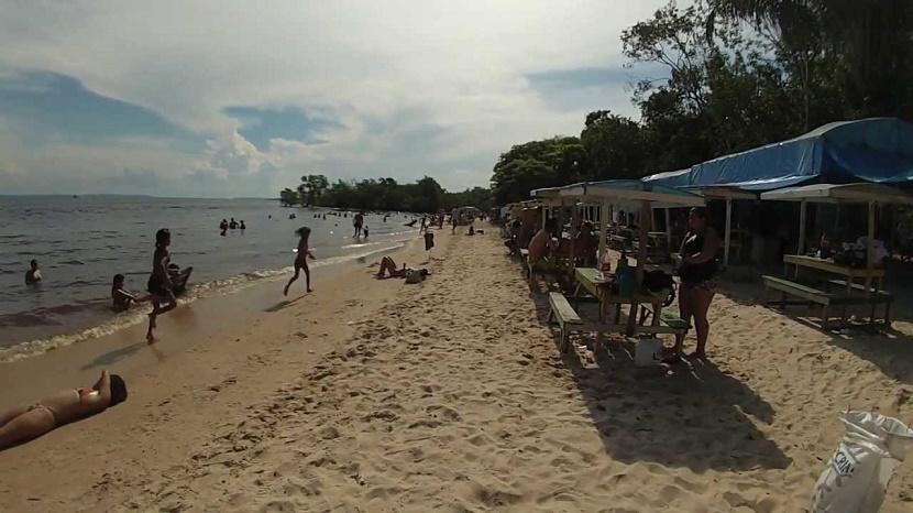 imagem-de-turistas-na-praia-da-lua