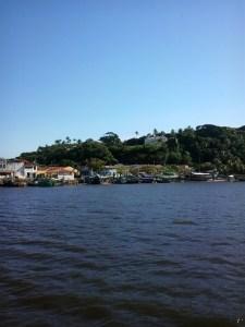 imagem-de-mar-e-barquinhos