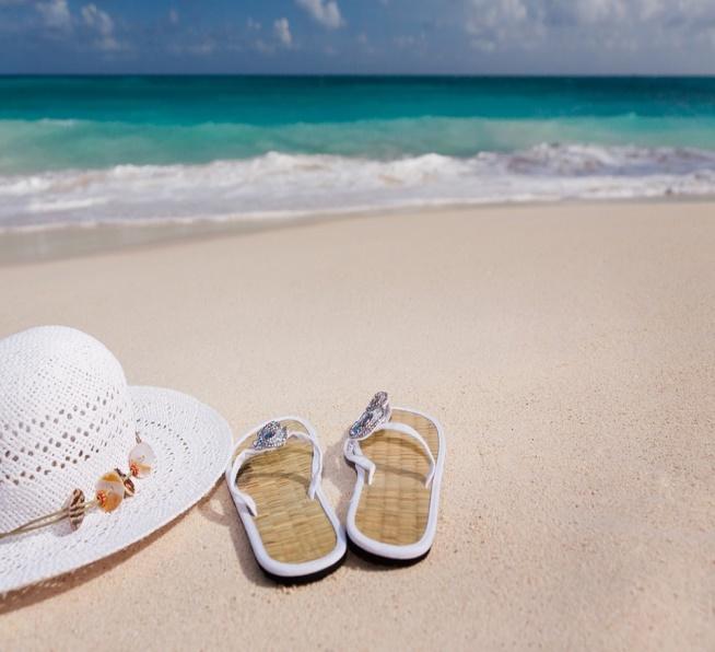 imagem-de-chinelo-na-praia