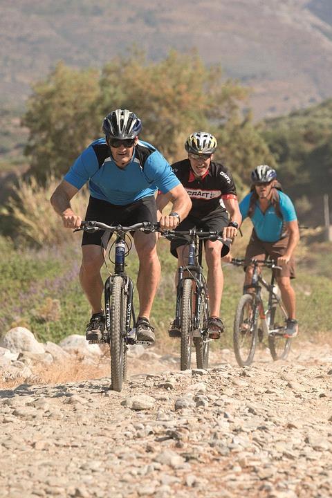 imagem-de-turistas-com-bikes-nas-montanhas