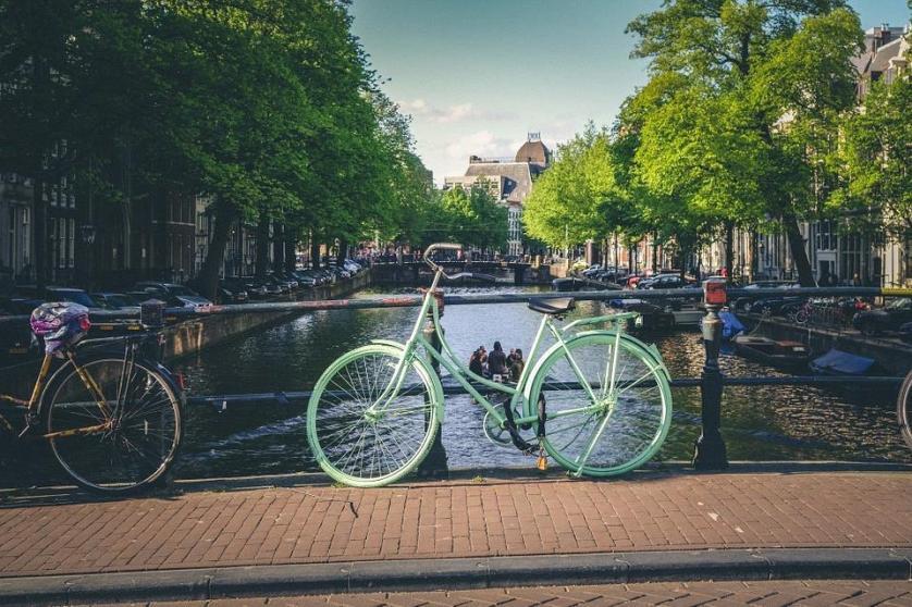 imagem-de-bike-parada-emcima-da-ponte