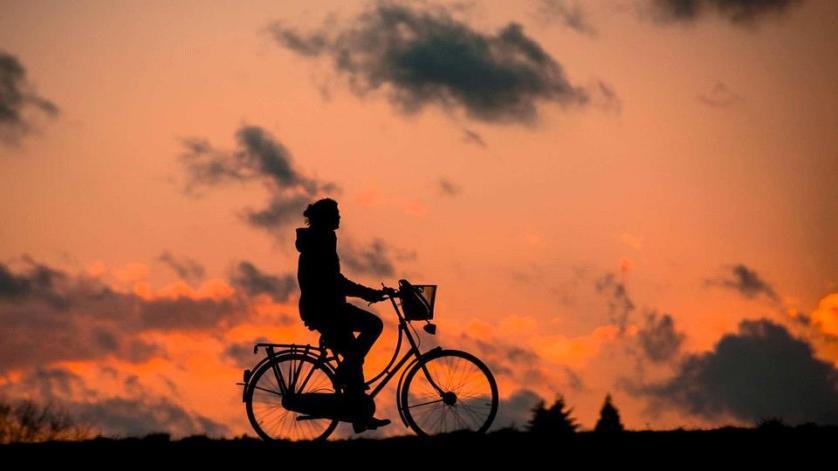 imagem-de-turista-na-bike-com-por-do-sol